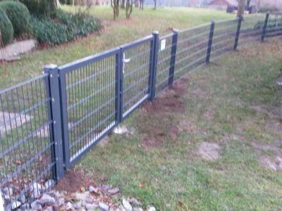 flügeliges Tor und Zaun in Rundung